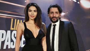 Jaume Collet-Serra y su mujer, Diba Adami, en el estreno de El pasajero.