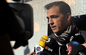 El alcalde de Sant Feliu de Guíxols, Carles Motas, atiende a los periodistas.