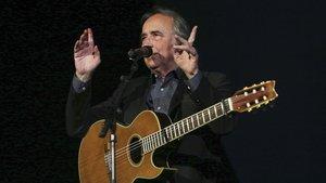 Joan Manuel Serrat, narrando anécdotas y vivencias, durante su actuación.