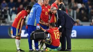 Jordi Alba es atendido tras sufrir la lesión muscular en Turín.