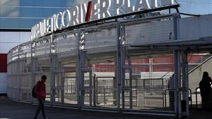 Un joven llega a las instalaciones de River Plate, donde se han denunciado abusos sexuales.