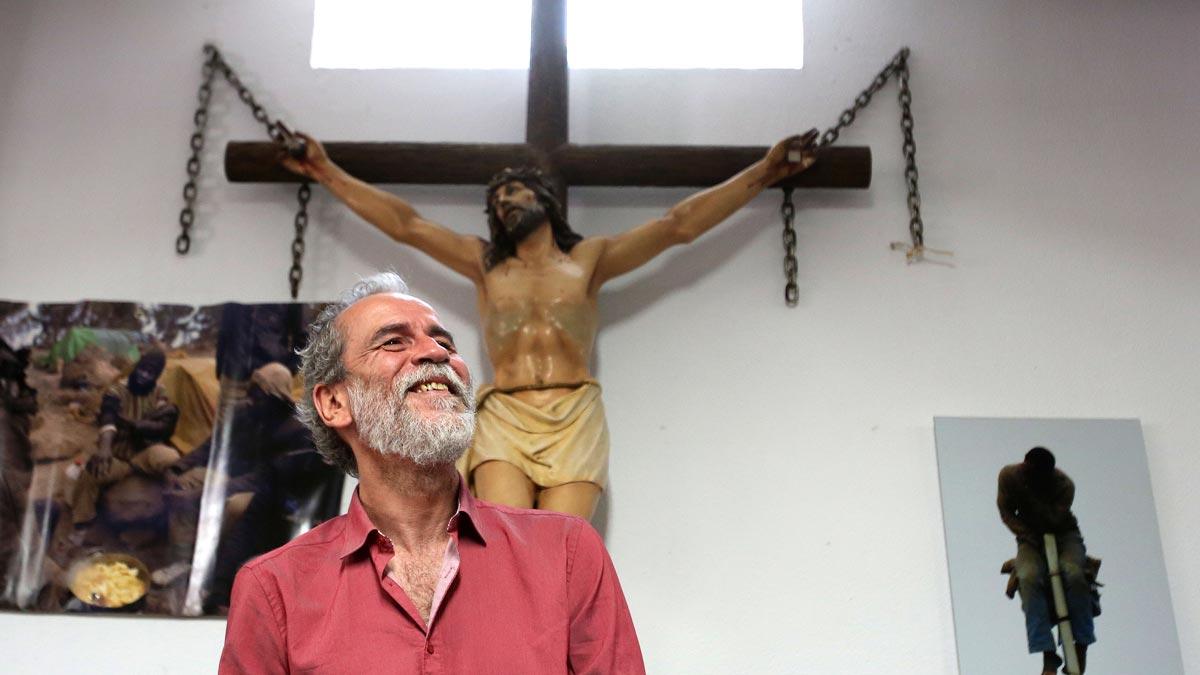 Willy Toledo, en mayo en una parroquia de Vallecas (Madrid), donde compareció ante los medios. Ahora un juez ha ordenado su detención.