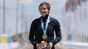 Kelly Catlin con la medalla de oro en una competición en Estados Unidos.