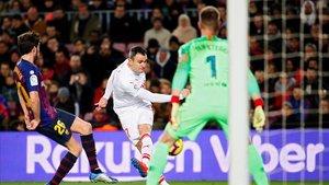 Kike García golpea el balón ante Sergi Roberto y Ter Stegen.
