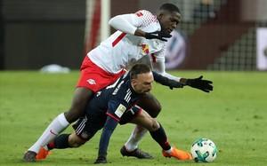 Konate derriba a Ribéry en Leipzig.