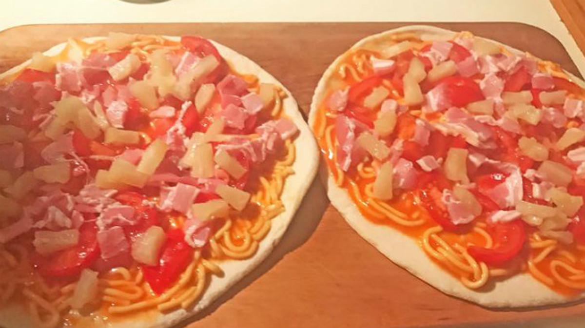 Las dos pizzas con espaguetis finos del primer ministro English.