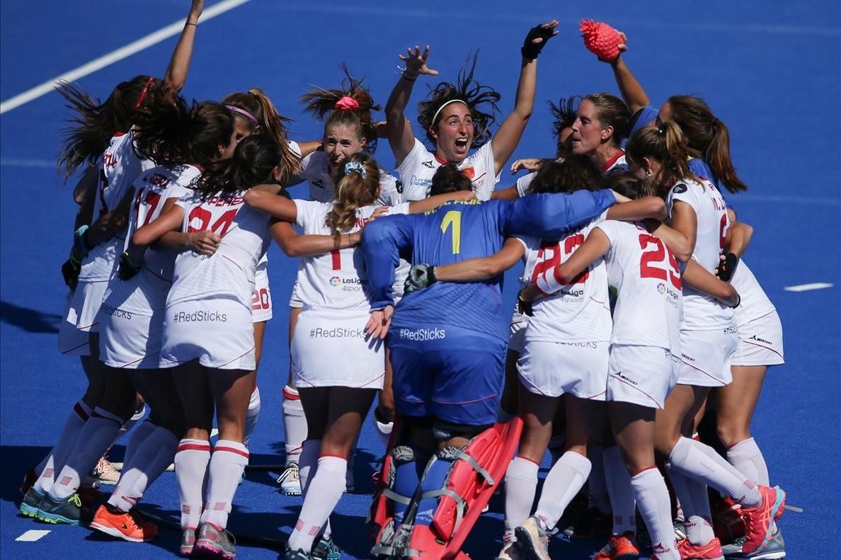 Las jugadoras españolas celebran el bronce lorado ante Australia.