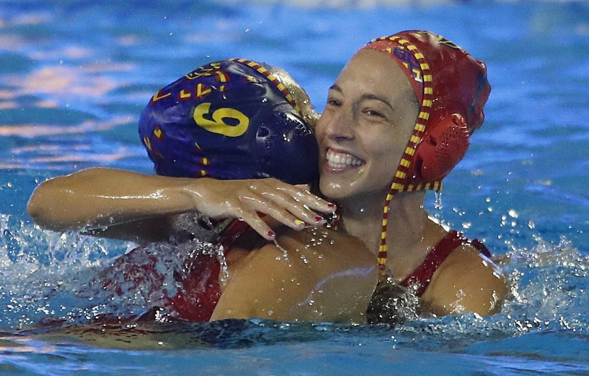 Laura Ester se abraza con Helena Lloret (de espaldas) tras lograr el bronce en los Euroepeos del 2018.