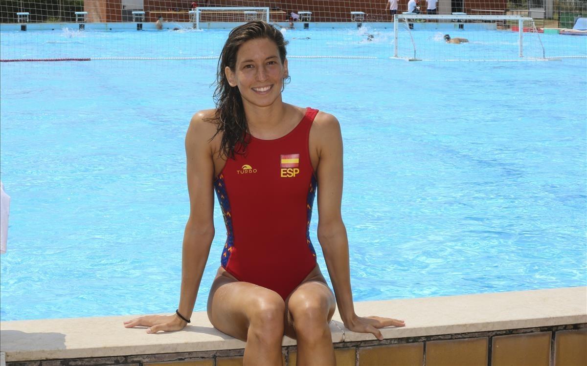Laura Ester, guardameta de la selección, posa en la piscina exterior del CAR