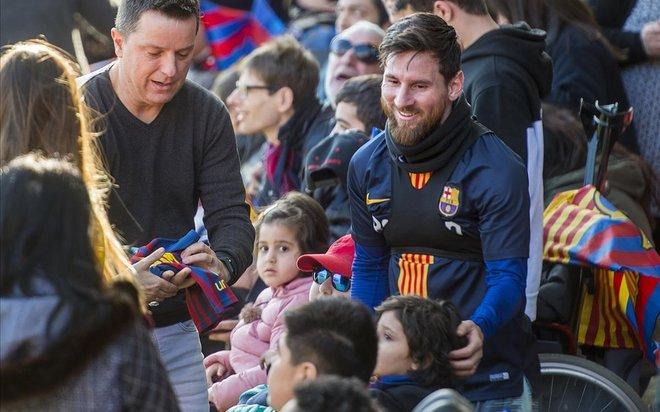 Leo Messi firma autógrafos a los niños tras la jornada de puertas abiertas previa a la festividad de Reyes en el Mini Estadi.