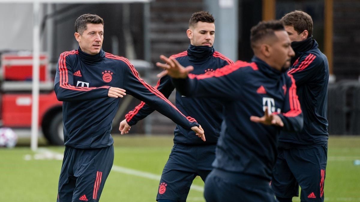 Lewandowski, Hernández, Boateng y Müller se entrenan en la víspera del encuentro ante el Chelsea de la Champions.