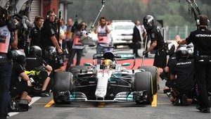 Lewis Hamilton, con su Mercedes, en la segunda sesión de entrenamientos en Spa.