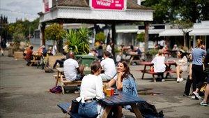 Londinenses toman unas cervezas en una terraza a las orillas del Támesis, este viernes.