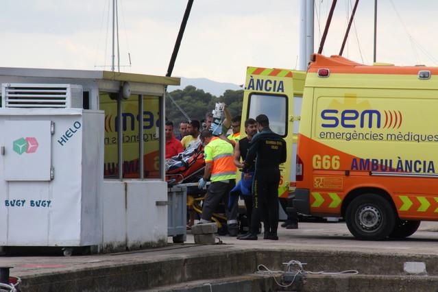 Los equipos de rescate trasladan al submarinista herido, este domingo en L'Estartit.