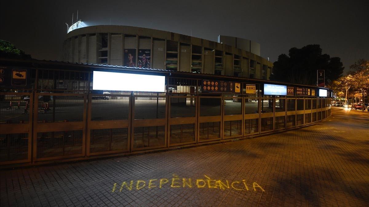 Los exteriores del Camp Nou, anoche, en calma pervia.