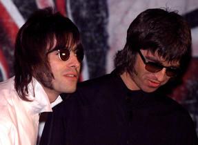 Los hermanos Gallagher, Liam y Noel (derecha).
