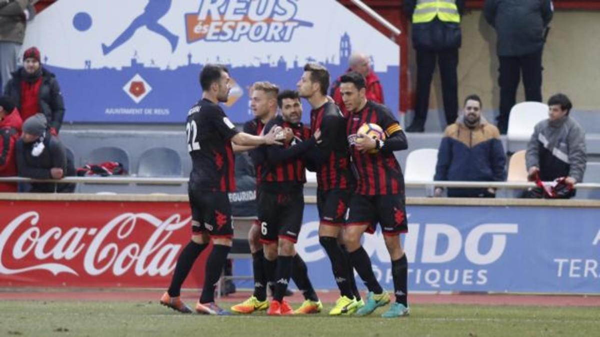 Los jugadores del Reus se abrazan tras el gol del empate de Máyor.