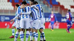 Los jugadores de la Real celebran un gol en Ipurúa.
