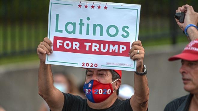 Los latinos llegan divididos a las elecciones de Estados Unidos. En la foto, unhombre sostiene una pancarta de Latinos for Trump el 27 de octubre, durante el mitin de Ivanka Trump, hija y asesora del presidente, en Miami,Florida.