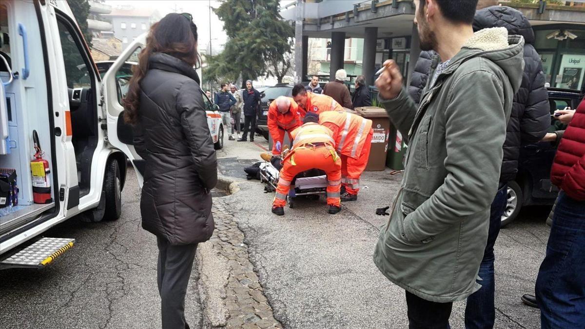 Los servicios de emergencia atienden a los inmigrantes africanos heridos en Macerata.