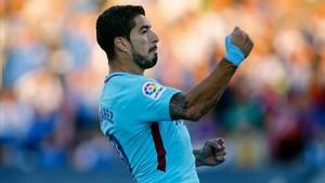 Luis Suárez festeja uno de sus dos goles ante el Leganés.