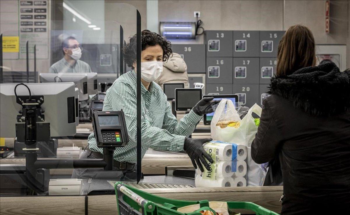 Mamparas de protección frente al coronavirus en un supermercado de Valencia.