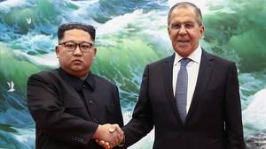 El mandatario norcoreanoKim Jong-un y el ministro de Exteriores rusoSergéi Lavrov se estrechan la mano durante una reunión en Pionyang este jueves.