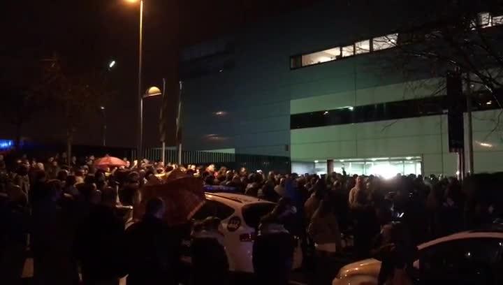 Manifestación de unos 300 agentes de los Mossos dEsquadra delante de la comisaría de Rubí.