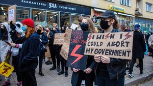 Manifestantes contra las restricciones en el aborto en Gdnya, Polonia, este miércoles