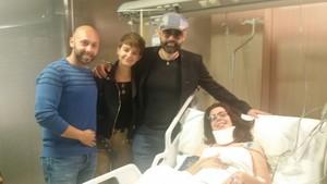 Risto Mejide y su esposa, Laura Escanes, con Joel Manrique y su novia Gloria, que resultó herida al caer la grada durante la grabación de Chester.
