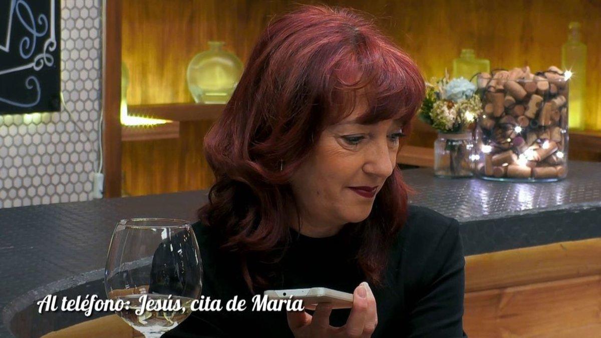 María hablando por teléfono con Jesús en 'First Dates'.