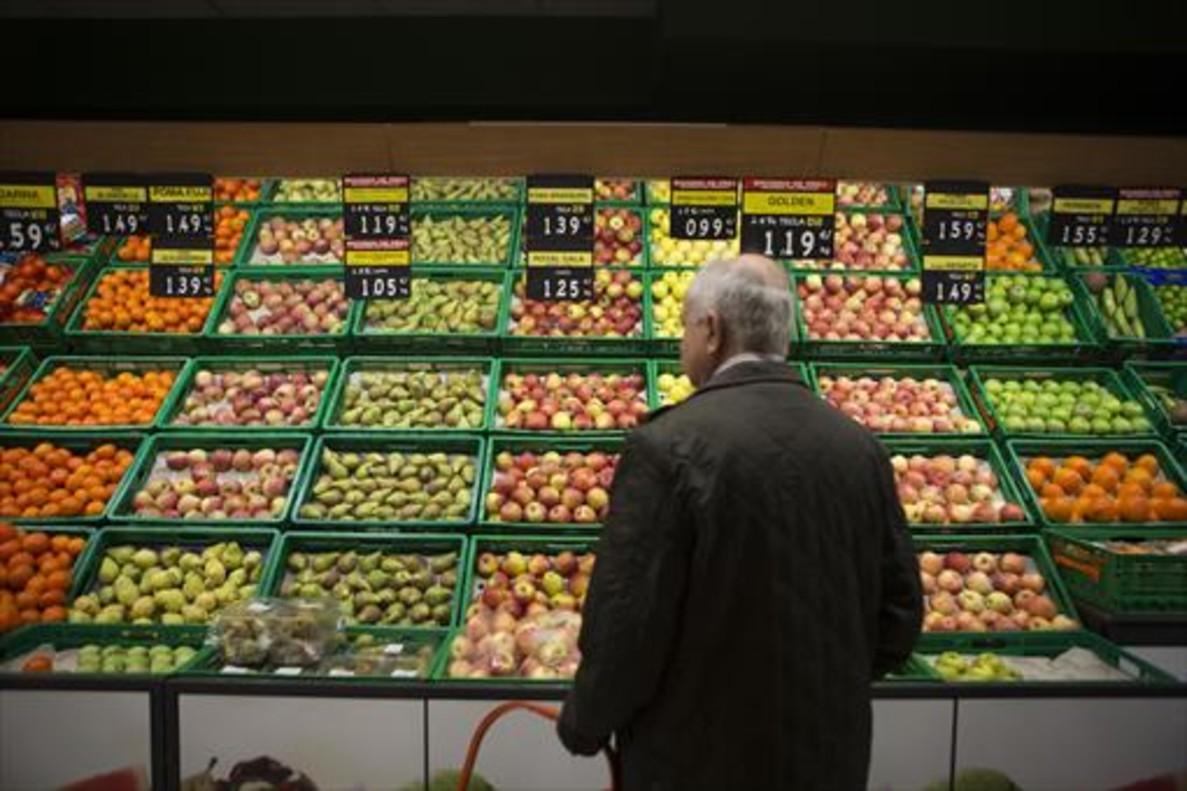 Puesto de frutas y verduras en un supermercado.