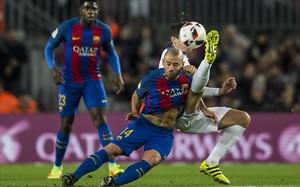 Mascherano se anticipa de cabeza al control del delantero Berrocal durante el partido de vuelta de la copa del rey entre el Barcelona y el Hercules.