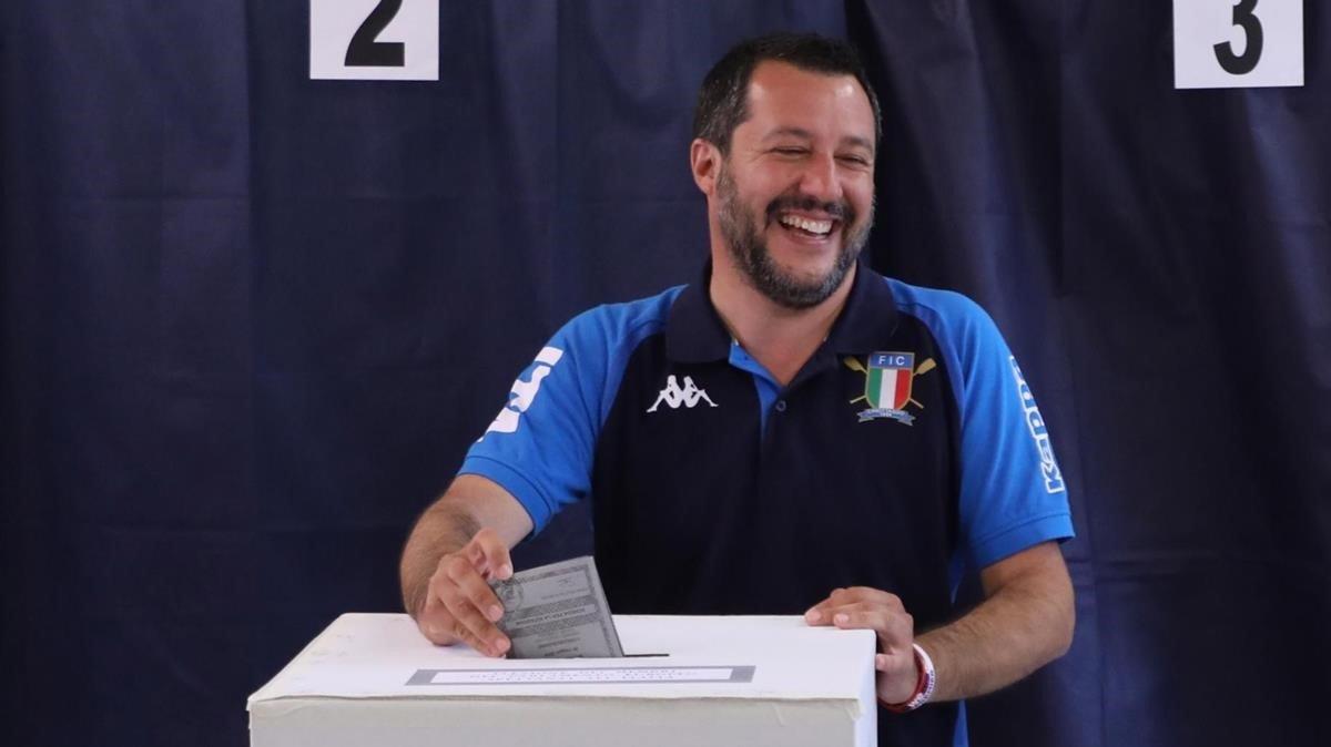 Matteo Salvini votando en Milán.