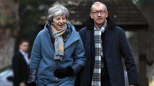 Theresa May y su marido lleganayer auna iglesia cerca de High Wycombe.