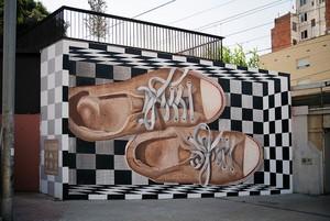 Unes sabates per recórrer la ciutat, la proposta per a aquest mes del 12+1 de l'Hospitalet