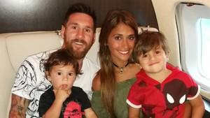 Messi y Antonella junto a sus hijos Mateo y Thiago.
