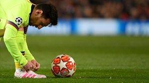 Messi se prepara para lanzar una falta en Old Trafford ante el United.
