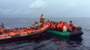 Miembros de la oenegé Proactiva Open Arms rescata a un grupo de migrantes cerca del sur de España