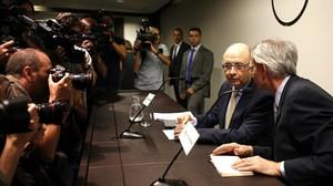 El ministro de Hacienda, Cristóbal Montoro, conversa con el presidente del Cercle de Economia, Antón Costas (derecha), momentos antes de su intervención en un coloquio, este martes, 22 de julio, en Barcelona.