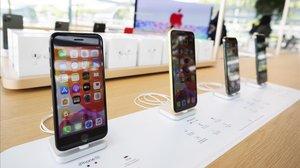 Modelos de iPhone 11 en una tienda.