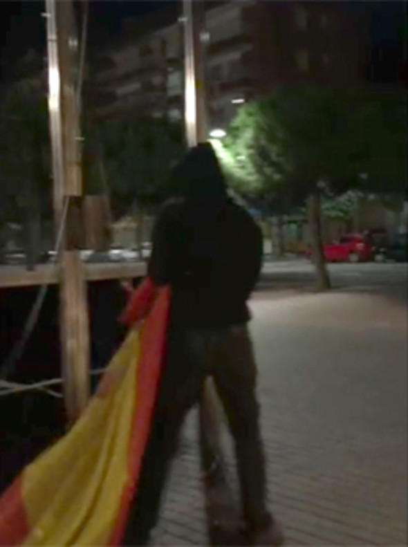 Momento posterior al hurto de la bandera española de la fachada del Ayuntamiento de Gavà por parte de unos vándalos.