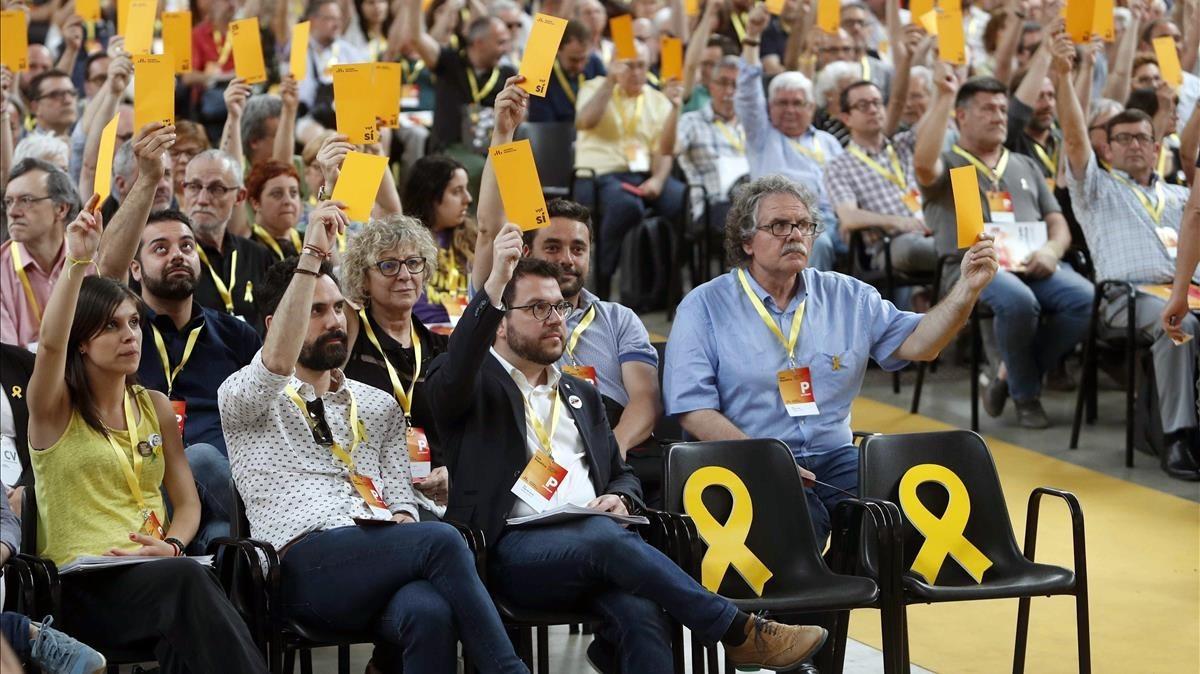 Momento de la votación en la clausura de la conferencia nacional de ERC.