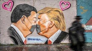 Mural en una pared de Berlín con Donald Trump y Xi Jinping