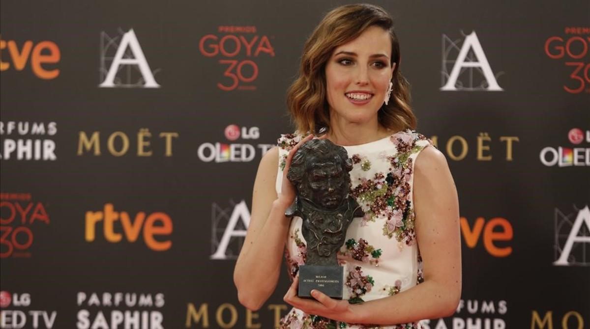 Natalia de Molina recoge su Goya a Mejor Actriz Protagonista en Techo y comida, en febrero del 2016.