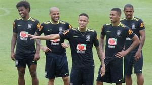 Neymar y varios compañeros de la selección brasileña, entre ellos Dani Alves, en el último entrenamiento antes de partir hacia Perú.