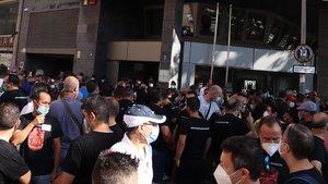 Trabajadores de Nissan concentrados frente a un edificio del Departament de Treball de la Generalitat.