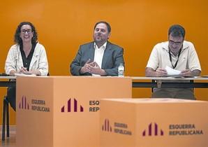 Oriol Junqueras, entre Marta Rovira y Lluís Salvadó, ayer en el consejo nacional de Esquerra.