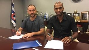 Óscar Perarnau, director general deportivo del Espanyol, firma el contrato con Naldo.