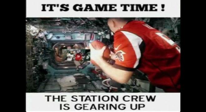 Los astronautas de la EEI se lanzan una pelota de fútbol americano a lo largo de la Espación Espacial Internacional.